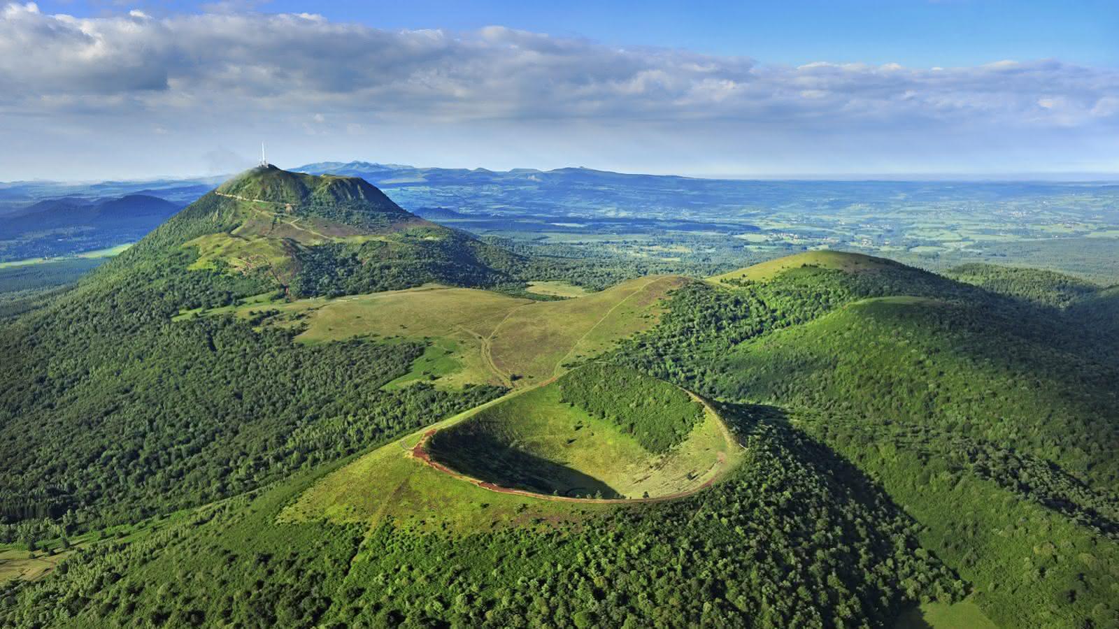 Puy de Pariou et puy de Dome, Chaine des puys, vue aerienne, 63, Auvergne, france