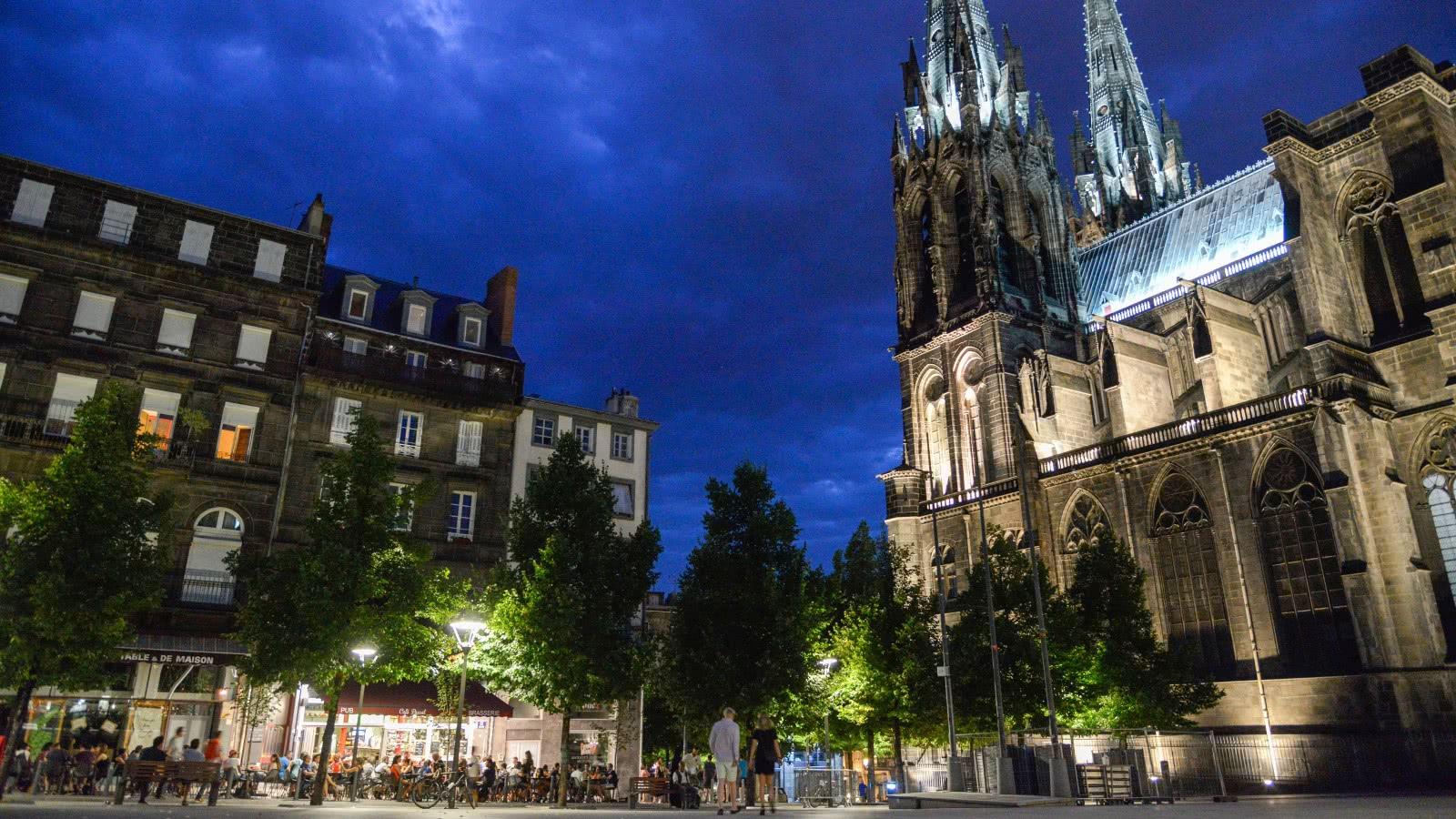 Place de la victoire en soirée, nuit à Clermont-Ferrand