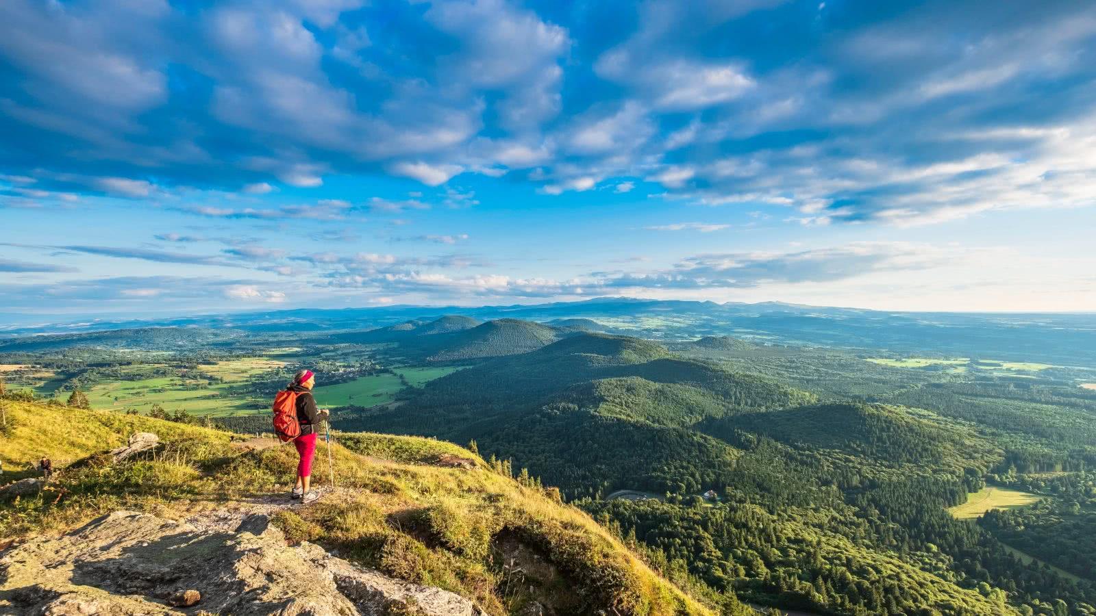 France, Puy-de-Dôme (63), zone classée Patrimoine Mondial de l'UNESCO, Parc naturel régional des volcans d'Auvergne, panorama sur la Chaîne des Puys depuis le Puy de Dôme (alt :1465m)