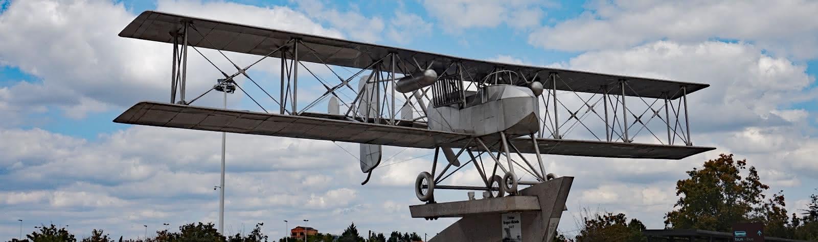 Monument à l'aéroport d'Aulnat