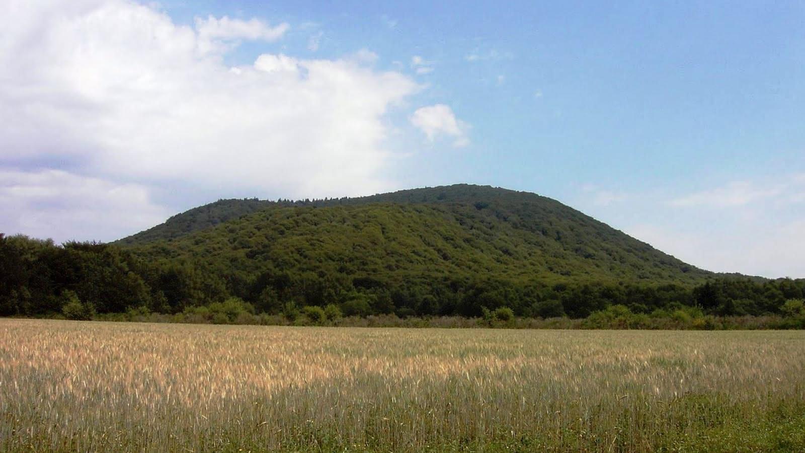 © Le puy de Louchadière (vue depuis le village de Beauregard)