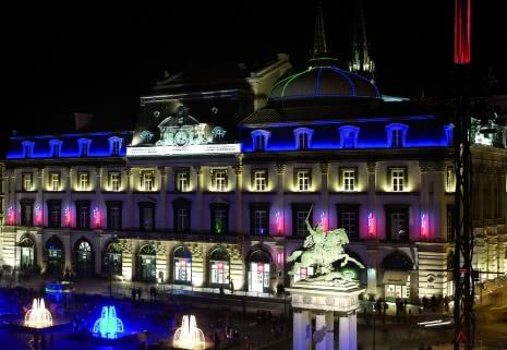 Visite à pied de deux heures dans les anciens quartiers de Clermont jusqu'à la place de Jaude illuminée avec audace.