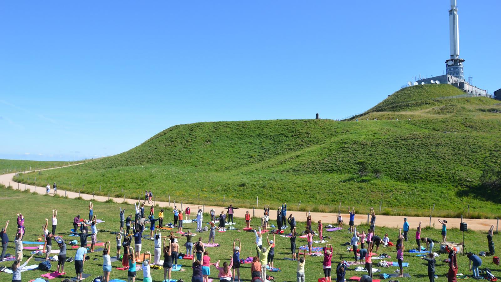 Séance yoga au sommet du puy de Dôme