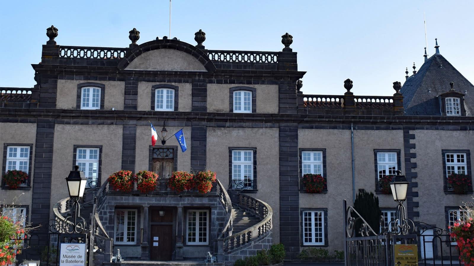 © La mairie-château